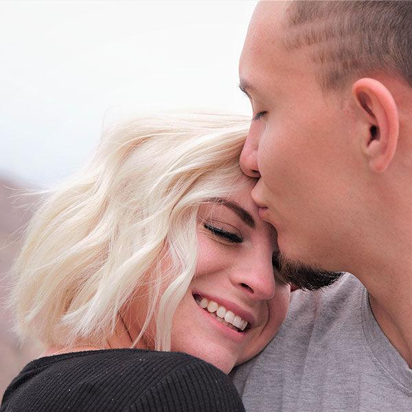 couple bisou front femme cheveux blonds